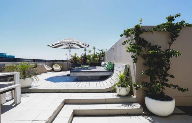 Tropical balcony with whitewashed decking - Bondi